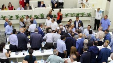 İzmir'de AK Partili ve CHP'li meclis üyeleri arasında arbede