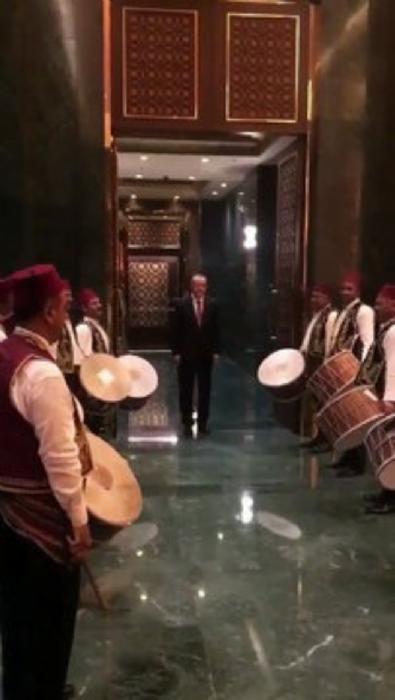 Cumhurbaşkanı Erdoğan'a davullu manili karşılama