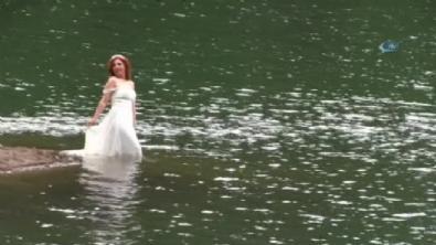 Fotoğraf için gelinliği ile göle girdi