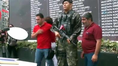 Trafik Polisi, Ömer Halisdemir heykelinin elini öptü