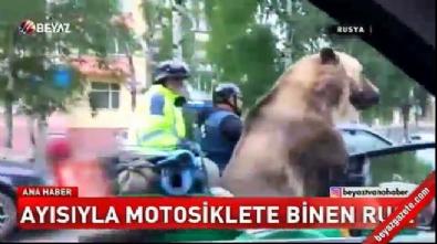 Ayısıyla motorsiklete binen rus