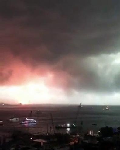 İstanbul Haydarpaşa'da vinç devrildi, yangın çıktı