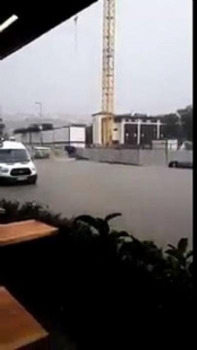 İstanbul Kağıthane'de yağmur hayatı felç etti