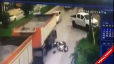 Motosikletlinin kafasını kamyon ezdi
