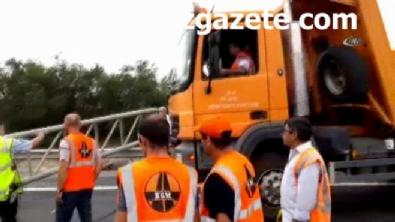 polis ekipleri - İstanbul Çatalca TEM otoyolunda tır bariyerlere çarptı: 1 ölü