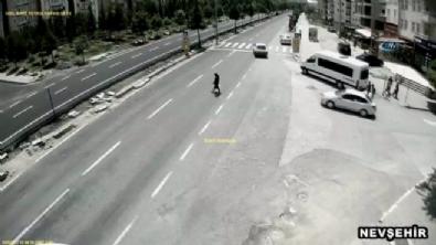 Yarış motosikletinin çarptığı genç kız havada takla attı
