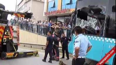İstanbul'da Halk otobüsü bariyerlere girdi