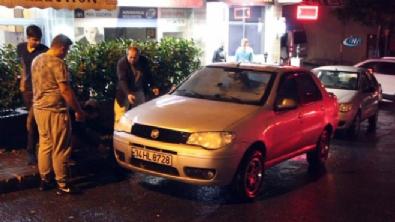 Yağmur sonrası çöken cadde otomobili yuttu