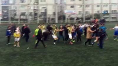 Amatör maç sonrası futbolcular tekme tokat kavgası kamerada