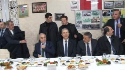 Bakan Demircan ve Bakan Fakıbaba, basın mensuplarına karanfil dağıttı