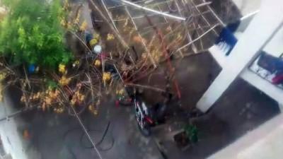 Çatıya saç takan işçi, yürekleri ağza getirdi...O anlar kamerada
