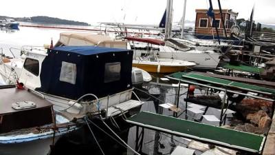 Urla'da denize fuel-oil sızdı, liman kapatıldı - İZMİR
