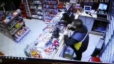 Kar maskeli ve silahlı soygun kamerada