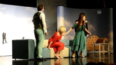 Bursa'da iki oyun tiyatroseverlerle buluştu