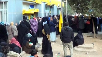 Gıda kartı almak isteyen Suriyeli vatandaşlar uzun kuyruklar oluşturdu