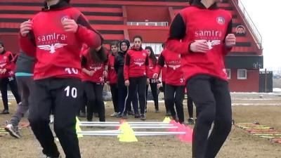 Yüksekovalı kızlar futbolda Türkiye şampiyonasına hazırlanıyor - HAKKARİ