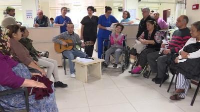 Diyaliz hastası genç kader arkadaşlarına gitarıyla moral veriyor - İZMİR