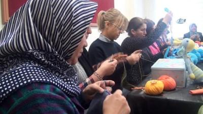 - Kütahyalı kadınlardan örnek bir proje - Kursiyer ve öğretmenler, 'bir tığ, bir yün ile sevgini göster minik yüzlere' projesi kapsamında, sığınmacı ve sevgi evlerinde kalan çocuklar için bez bebek örüyor