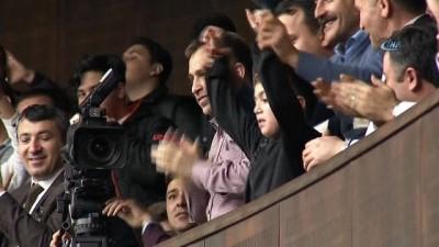 Küçük çocuk şiiriyle AK Parti Grup toplantısına damga vurdu