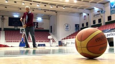 Temizlik görevlisinin basketbol yeteneği görenleri şaşırtıyor