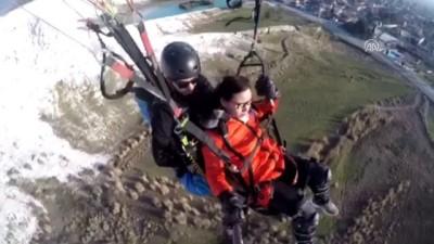 Yamaç paraşütüyle atlayan Çinli turistin baygınlık geçirmesi kamerada - DENİZLİ