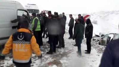 112 görevlilerini taşıyan otomobil ile minibüs çarpıştı: 5 yaralı - TOKAT