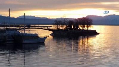 Beyşehir Gölü'nde günbatımı böyle görüntülendi