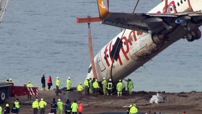 Bulunduğu yerden çıkarılan uçak pist kenarındaki toprak zemin üzerinde tutuluyor