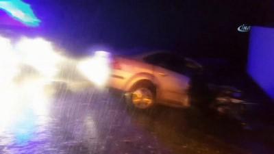 Kamyonetle otomobil kafa kafaya çarpıştı: 2 ölü, 3 yaralı