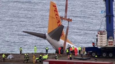 Pistten çıkan uçak santim santim havaya kaldırıldı