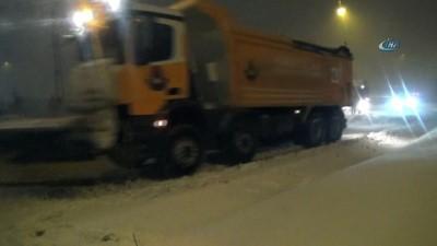 Şiddetli kar yağışı nedeniyle tırlar yolda kaldı
