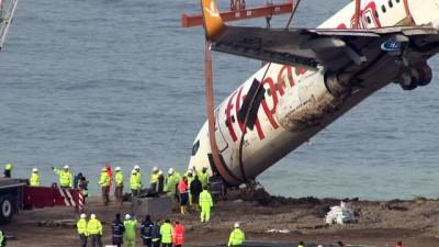 Trabzon Havalimanı'nda pistten çıkan uçak bulunduğu yerden kurtarıldı