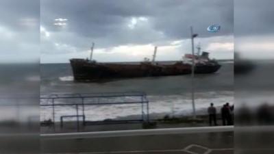 Yola çıkmasına metreler kaldı... Yük gemisi fırtına nedeniyle karaya oturdu