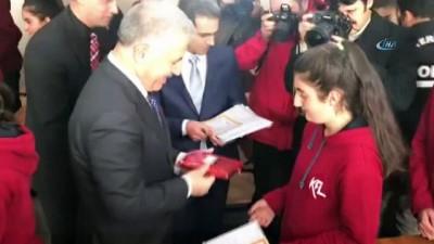 Bakan Arslan, Kağızmanlı öğrencilere karne dağıttı