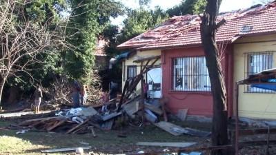 Dalgalar falezleri aşıp 4 kişilik ailenin evini bastı