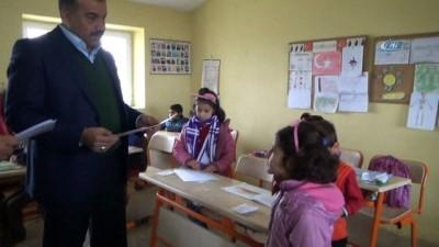 Kaymakam Demirel, köy okulunda karne dağıttı