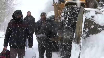 Köy yolunda mahsur kalan öğrenciler kurtarıldı - HAKKARİ