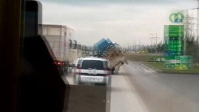 Trafiği böyle tehlikeye attılar... Ticari aracın kasasında kamyonet kasası taşıdı