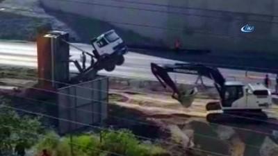 Şaha kalkan kamyonun yardımına iş makinesi yetişti