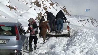 Kayak merkezi yolunda mahsur kalanlar kurtarıldı