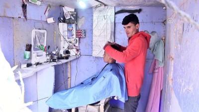 Musul'dan kaçan berber Süleyman çadır kampta seyyar dükkan açtı