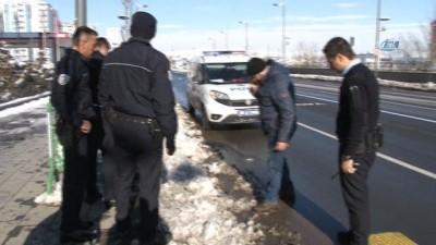 Polis memurunun düşürdüğü silah karın içinde bulundu