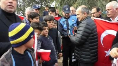 hanli -  - Sınırın sıfır noktasında vatandaşlara Türk bayrağı dağıtıldı