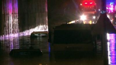Karayolunu 2 metre su bastı 5 araç mahsur kaldı