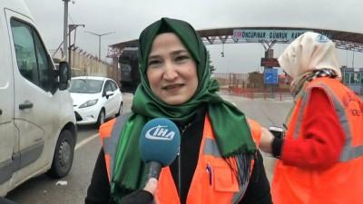 Şefkat Timi kadınları sınırda gazetecilere yemek ikram etti