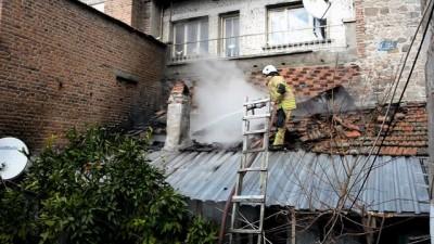 Yaşlı adamın evi çıkan yangında kullanılamaz hale geldi