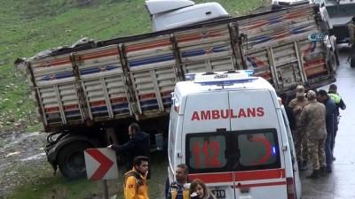Tır dorsesine çarpan kamyon sürüklendi: 2 ölü, 4 yaralı