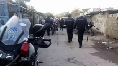Adana'da polis aracına saldırı