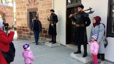 Alp kıyafetli 'saygı nöbeti'ne yoğun ilgi - BİLECİK