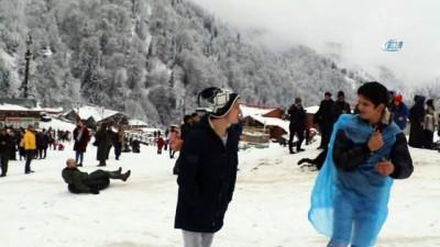 Bu yıl 11'incisi düzenlenen Kardan Adam Şenliği ikinci gününde renkli görüntülere sahne oldu